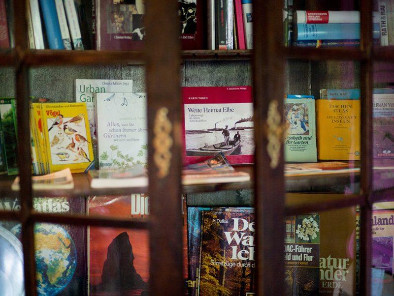 Bücherregal im Speisesaal